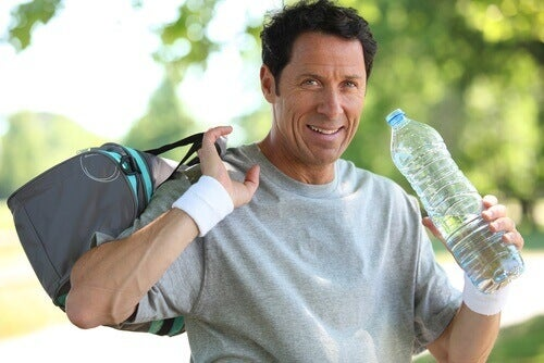 mann med treningsbag