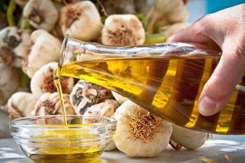 Styrk neglene dine med en lotion av hvitløk og olje