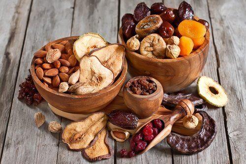 nøtter og frukt