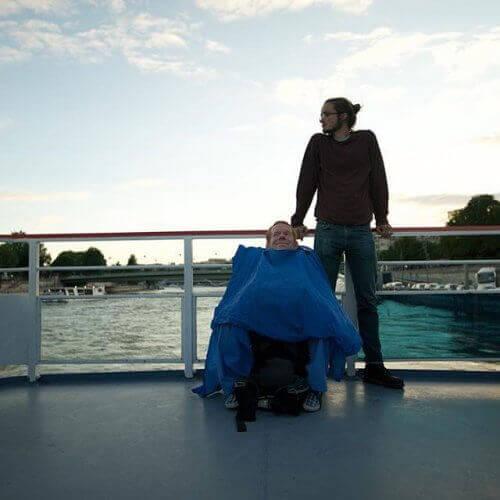 Ekte vennskap: De bar sin funksjonshemmede venn rundt om i verden