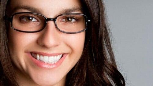 Kvinne med briller smiler
