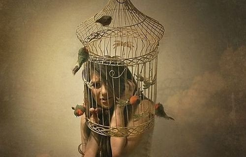 Kvinne i fuglebur