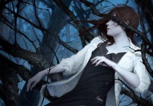 Kvinne i en mørk skog omringet av kvister