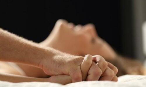 Mann og kvinne i sengen