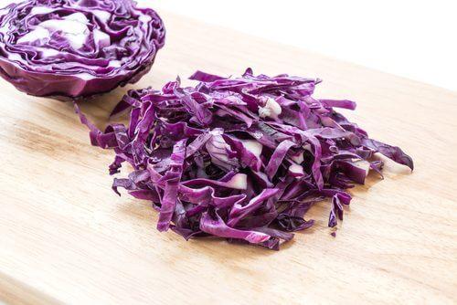 Tilbered lilla sauerkraut hjemme for å styrke tarmfloraen din