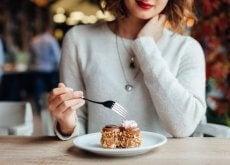 kvinne som spiser dessert