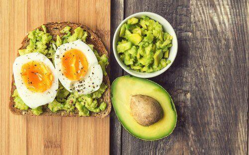 Avokado og egg for tilfredsstillende frokoster
