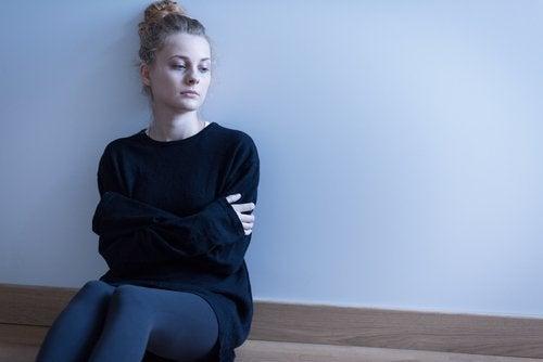 Trist kvinne opplever smerte og tap
