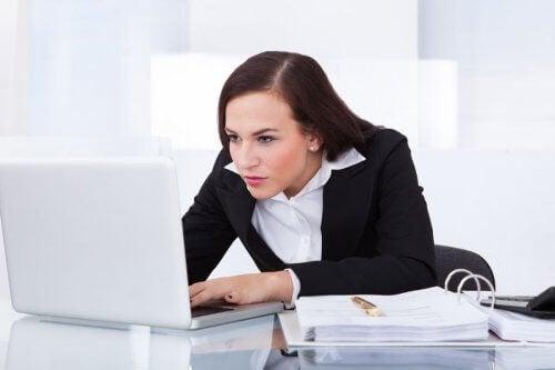kvinne på data