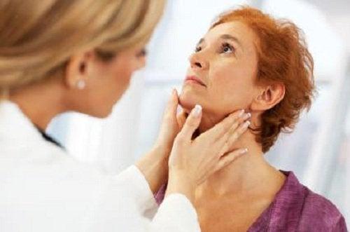 Vanlige symptomer på problemer med skjoldkjertelen