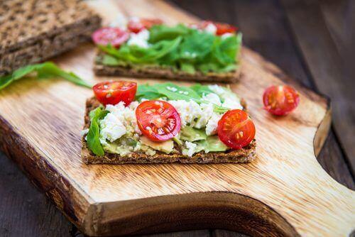 knekkebrod med tomat, ost og avokado