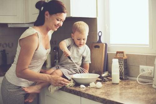 mor og sønn baker på kjøkkenet