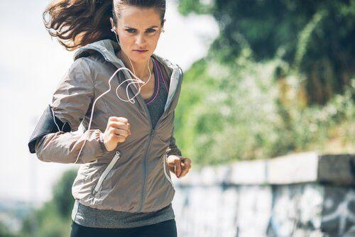 Kvinne jogger
