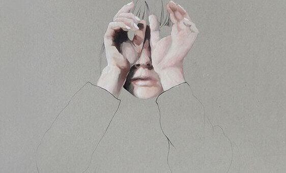 Kvinne gjemmer ansiktet