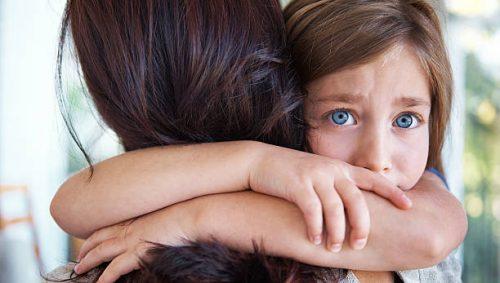 redd barn omfavner mor
