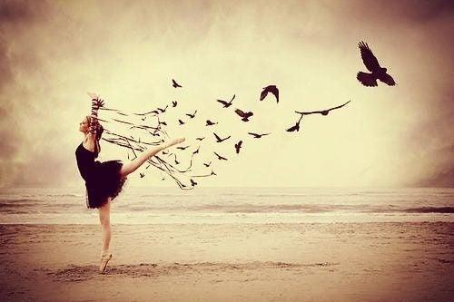 Kvinne danser med fugler