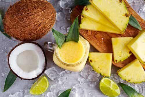 Gå ned i vekt og bli kvitt tilbakeholdte væsker med en ananas-, kokos- og ingefærsmoothie