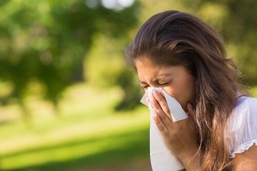 Kvinne med vårallergi