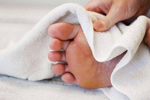 Tørk føttene for å forhindre neglesopp