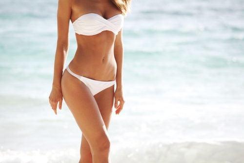 Slank kvinne på stranden