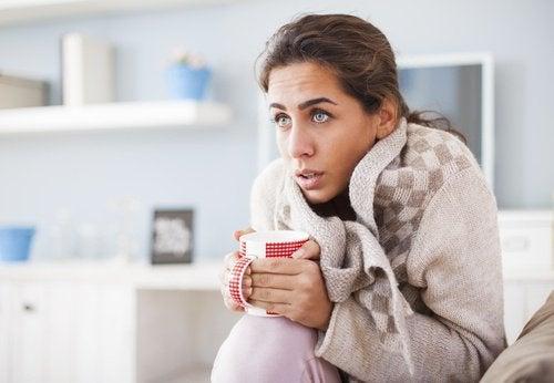 Kvinne fryser