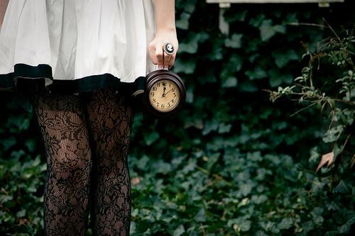 kvinne med klokke