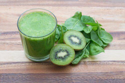 Grønn smoothie med kiwi og spinat