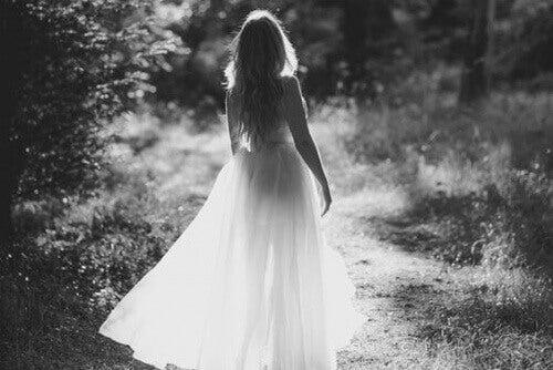 kvinne i hvit kjole