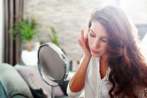 kvinne i speilet