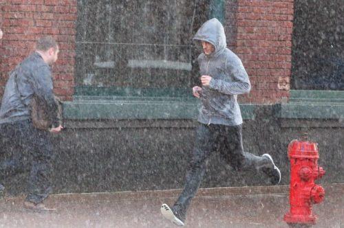Mann løper i regnet for å bli kvitt en besettende tanke