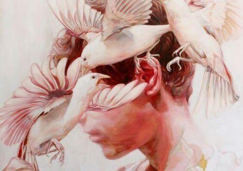 Fugler flyr rundt ansiktet på en person