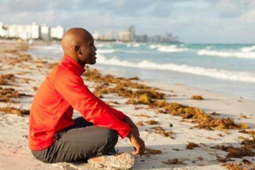 Mann praktiserer mindfulness for å bli kvitt gnagende tanker
