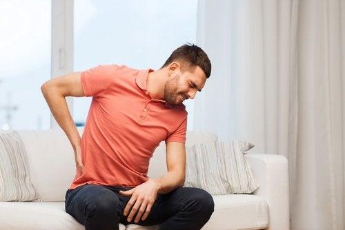 Mann med nyresmerter