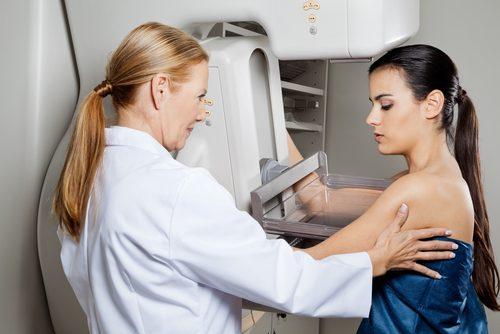 Kvinne hos lege