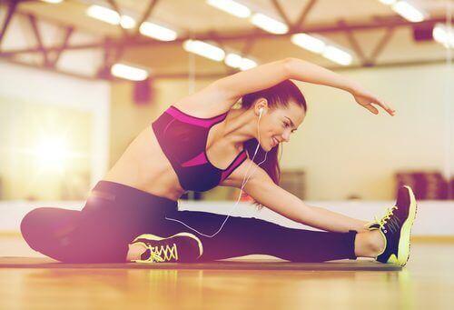 Kvinne tøyer ut etter trening