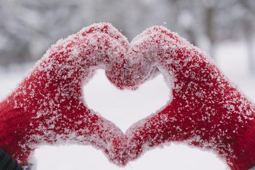 Votter med snø former hjerte