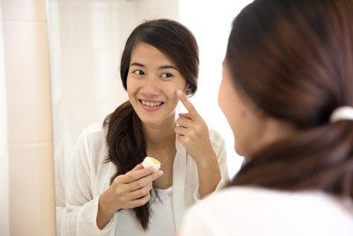 Kvinne behandler akne