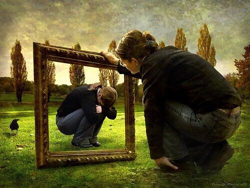 Kvinne ser et bilde av seg selv der hun er trist