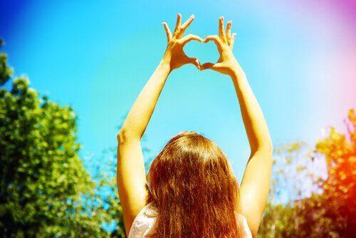 Jente lager hjerte med fingrene