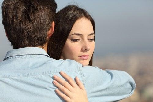 Kvinne omfavner mann