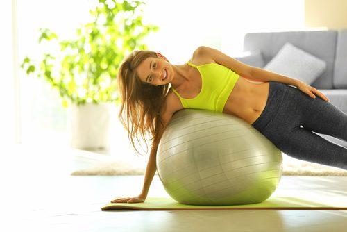 Kvinne på treningsball