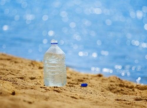 Plastflaske i sanden