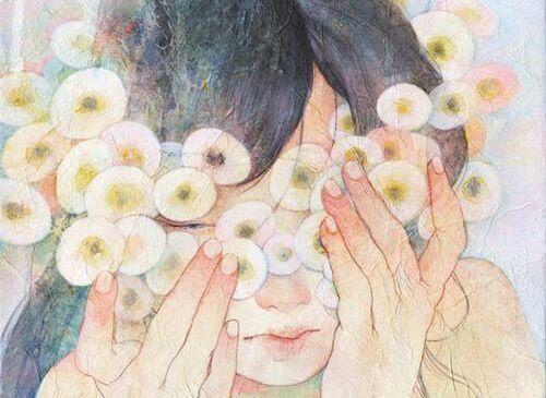 Kvinne gjemmer seg bak blomster: lær å bekjempe emosjonell tomhet