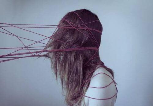 Kvinne med tråder i håret