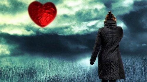 Kvinne står i åker, månen er et hjerte