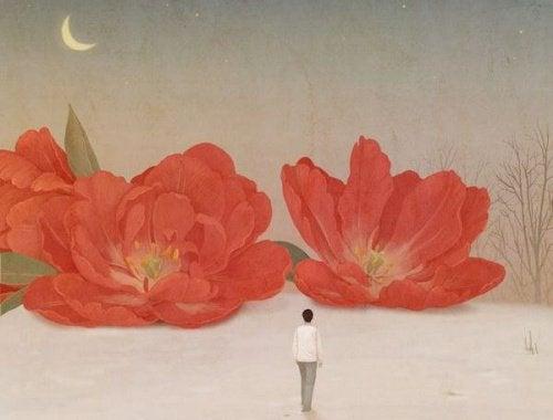 Kvinne og store, røde blomster