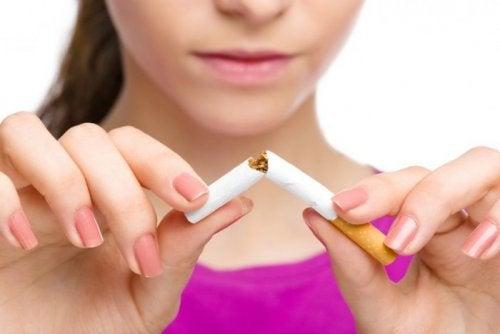 Kvinne knekker en sigarett