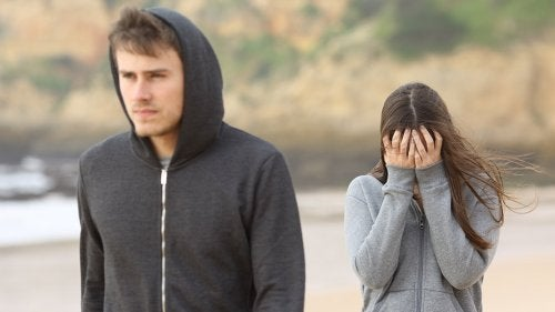 Trist kvinne og mann som drar