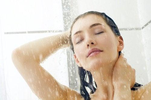 Kvinne dusjer