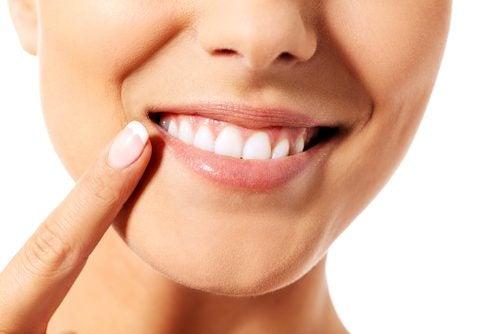 9 naturlige og effektive tips for å ta vare på tennene dine